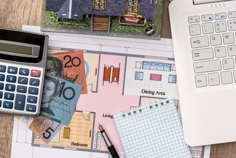 Ordenador portátil con la pluma del dólar australiano del plan de la casa foto de archivo