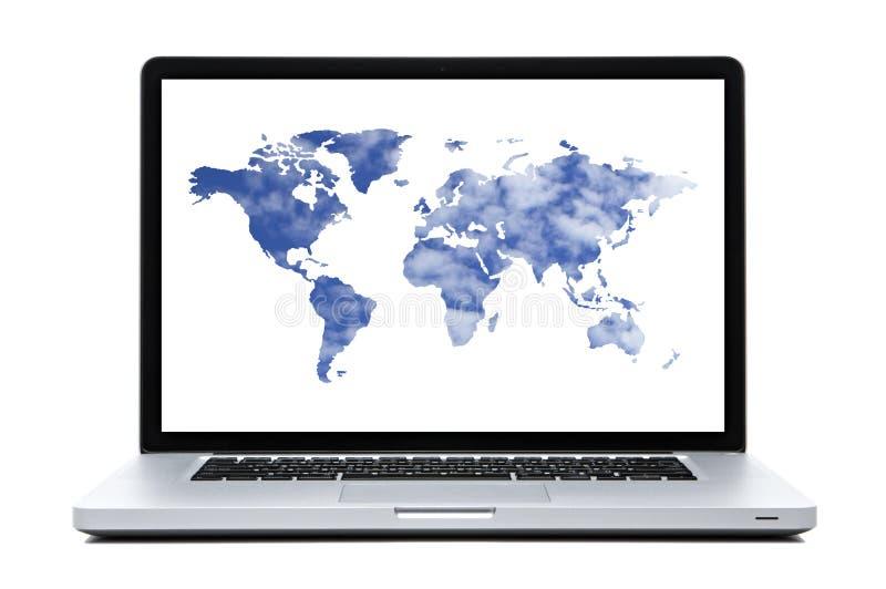 Ordenador portátil con las nubes formadas mapa del mundo fotografía de archivo libre de regalías
