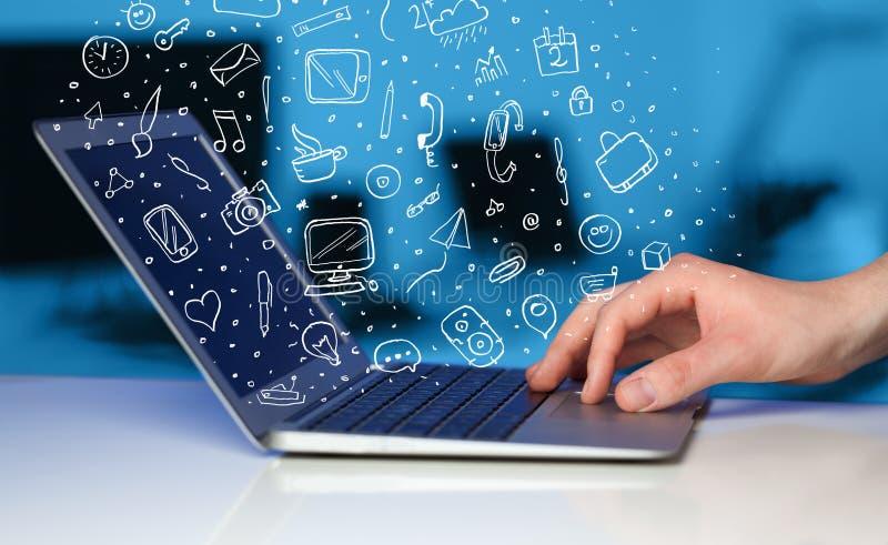 Ordenador portátil con los iconos y los símbolos dibujados mano fotos de archivo libres de regalías