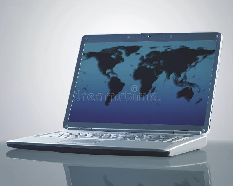 Ordenador portátil con un mapa del mundo fotos de archivo libres de regalías