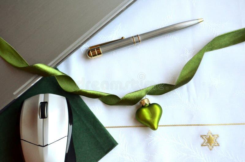 Ordenador portátil con una tarjeta de nota verde y un ornamento verde de la Navidad Disposición del Flt imagen de archivo libre de regalías