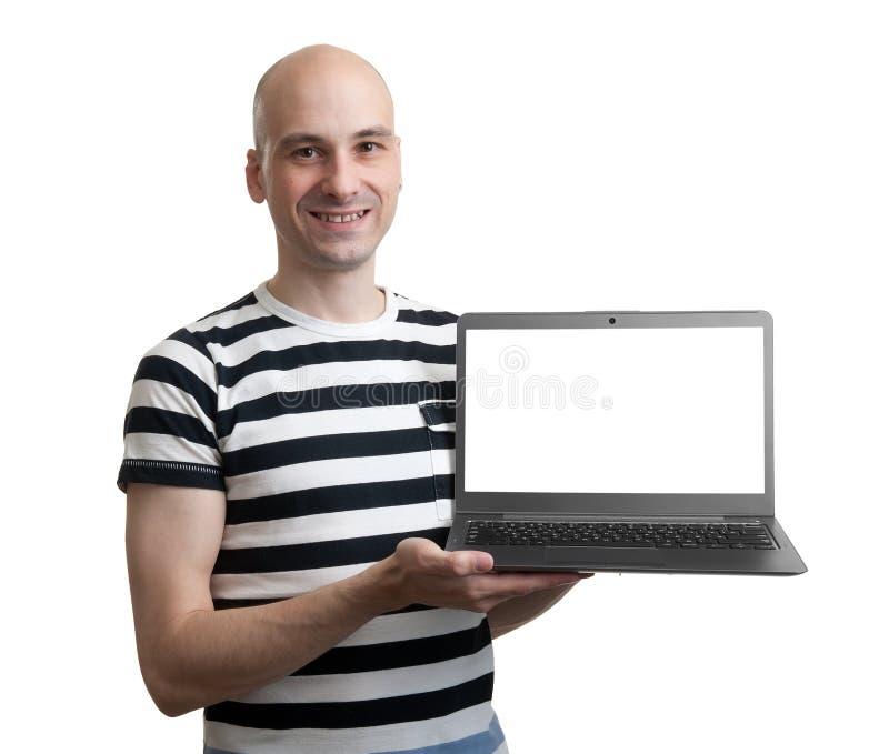 Ordenador portátil confiado de la publicidad del hombre joven fotografía de archivo