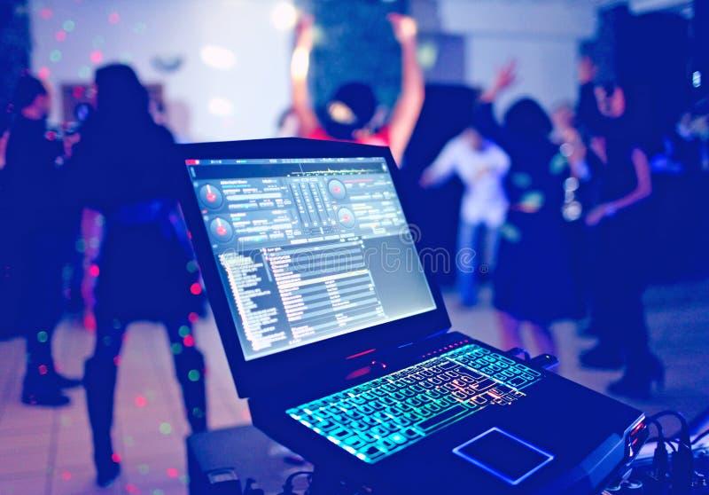 Ordenador portátil de DJ en el partido fotos de archivo