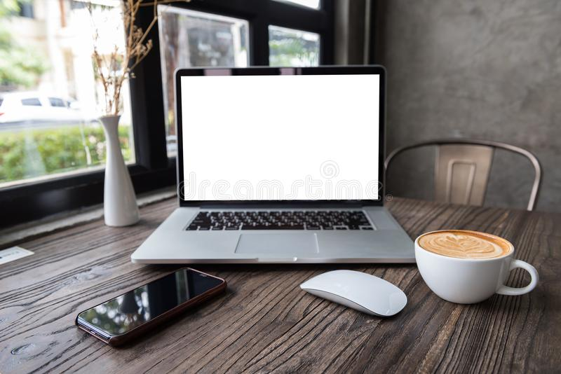 Ordenador portátil de la pantalla en blanco con el ratón y el teléfono elegante foto de archivo