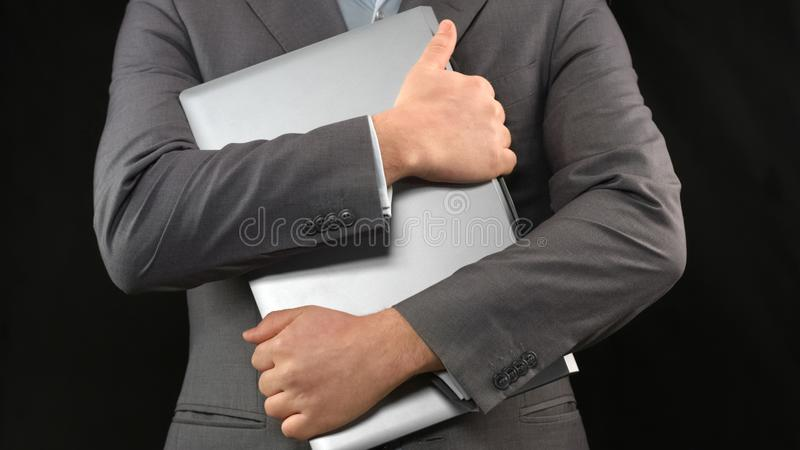 Ordenador portátil de la tenencia del hombre de negocios, seguridad informática, aislamiento de Internet, datos personales foto de archivo libre de regalías