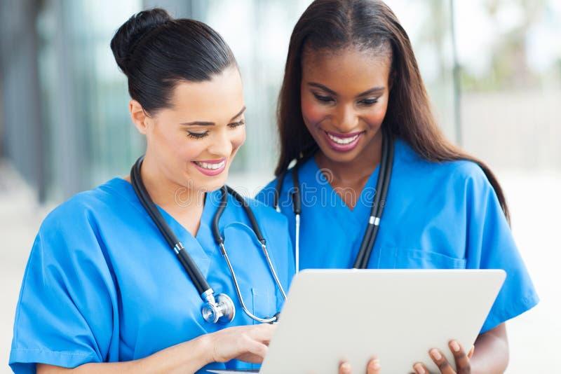 Ordenador portátil de los trabajadores médicos imagen de archivo libre de regalías