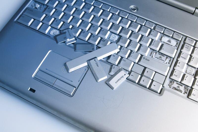 Ordenador portátil de plata con el teclado quebrado Una imagen del primer de la pieza del ordenador portátil quebrado fotografía de archivo libre de regalías