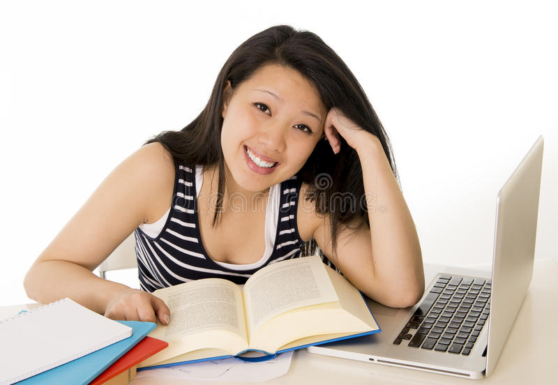 Ordenador portátil de trabajo asiático chino feliz del estudiante de mujer fotografía de archivo