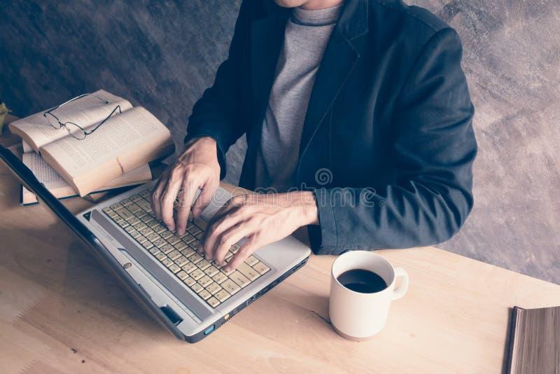 Ordenador portátil del ordenador con un café caliente del libro fotografía de archivo libre de regalías