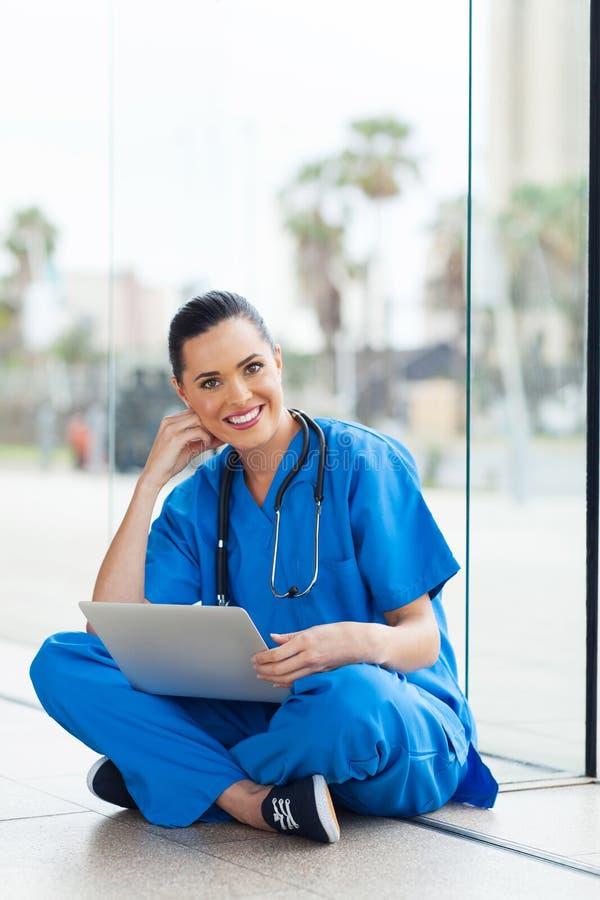 Ordenador portátil del trabajador de la atención sanitaria fotos de archivo
