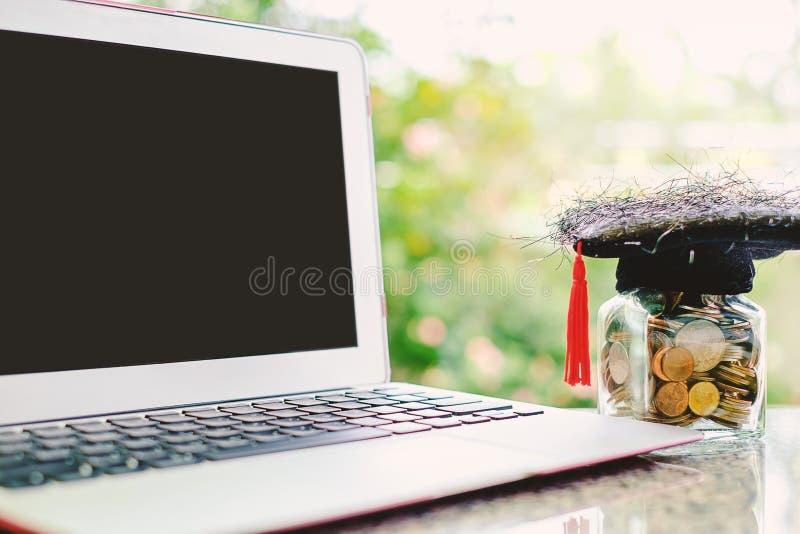 Ordenador portátil del ordenador y casquillo académico cuadrado con el tarro de cristal de co imagen de archivo libre de regalías