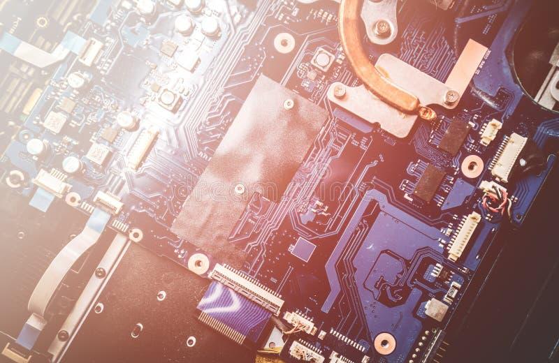 Ordenador portátil desmontado Placa de circuito impresa con muchos componentes eléctricos clos imagen de archivo libre de regalías