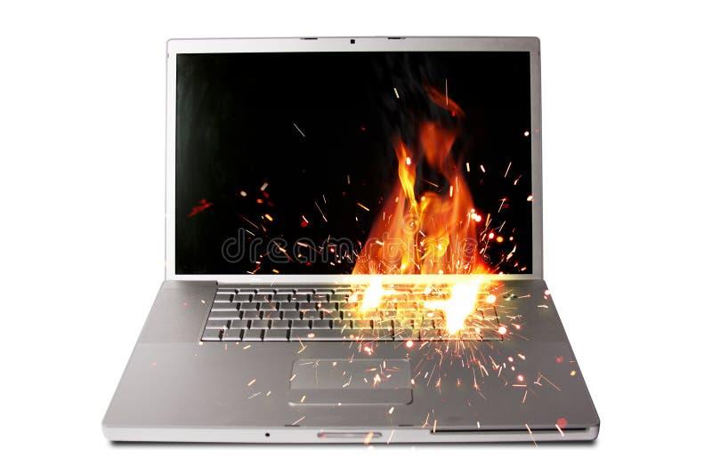 Ordenador portátil en el fuego imágenes de archivo libres de regalías