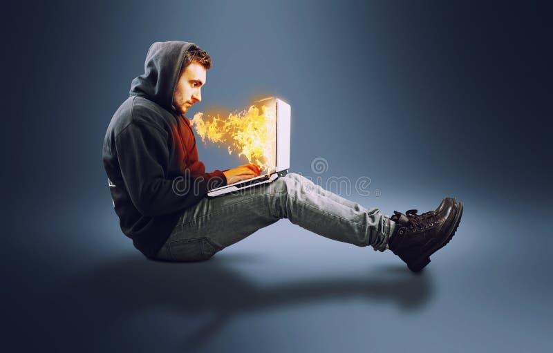 Ordenador portátil en el fuego fotografía de archivo libre de regalías