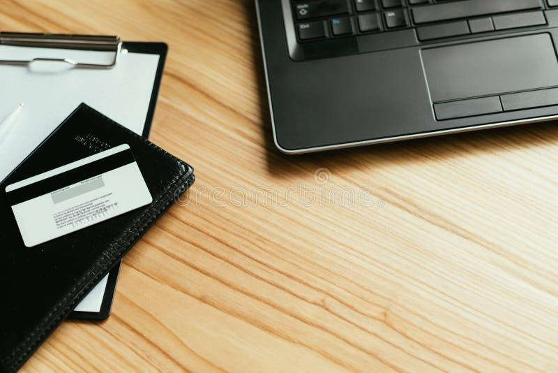 Ordenador portátil en línea de la tarjeta de banco de la transacción del dinero del pago fotos de archivo