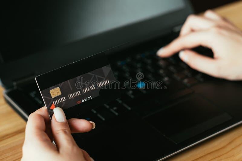 Ordenador portátil en línea de la tarjeta de crédito de la mujer del pago y envío de las compras imagen de archivo