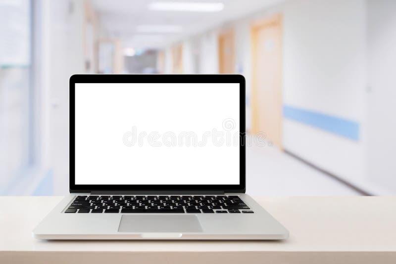 Ordenador portátil en la tabla médica fotos de archivo