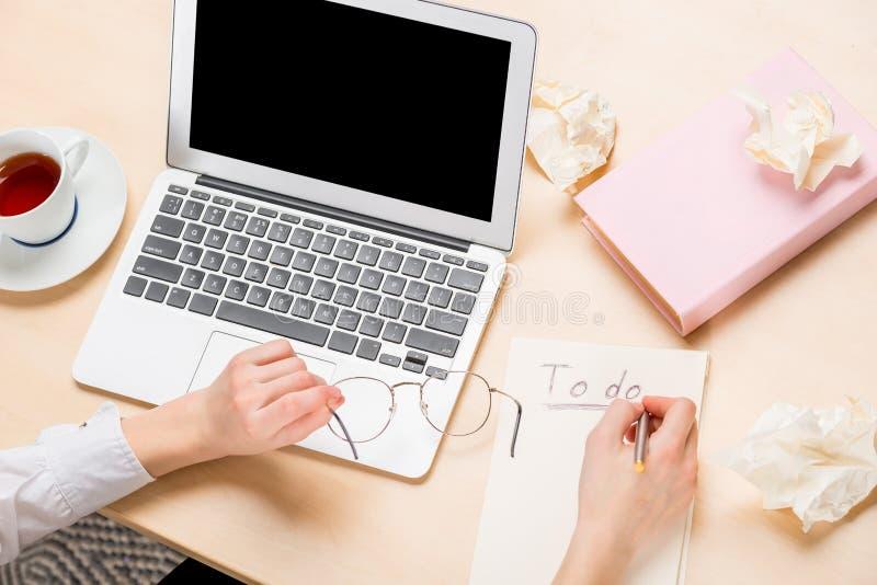 Ordenador portátil en la tabla y las manos femeninas en la opinión superior del trabajo, escribiendo i imágenes de archivo libres de regalías