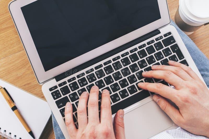Ordenador portátil en revestimiento imagen de archivo libre de regalías