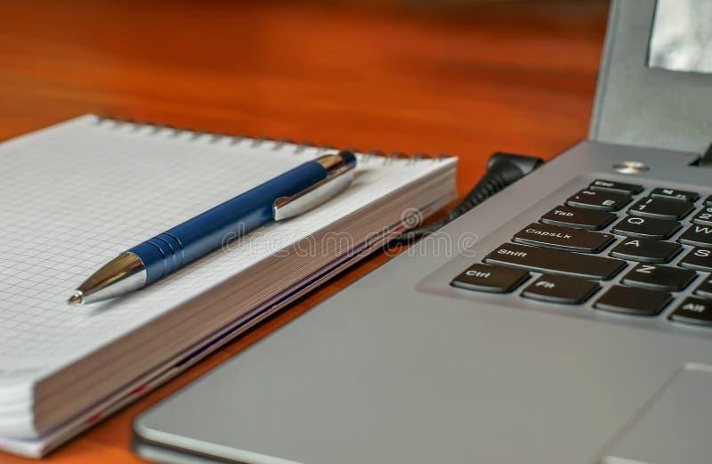 Ordenador - ordenador portátil, libreta y pluma foto de archivo libre de regalías