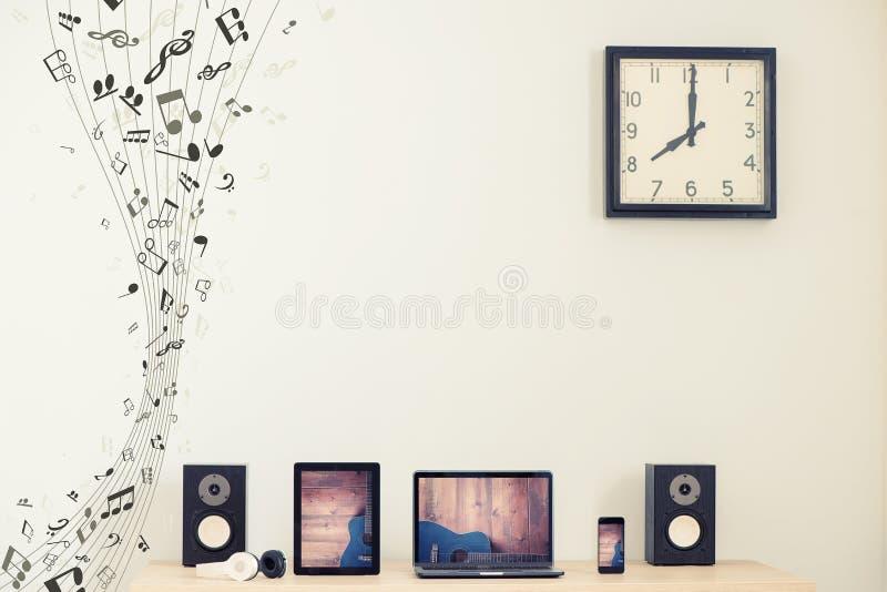 Ordenador portátil, tableta y teléfono elegante Concepto de la música imagenes de archivo