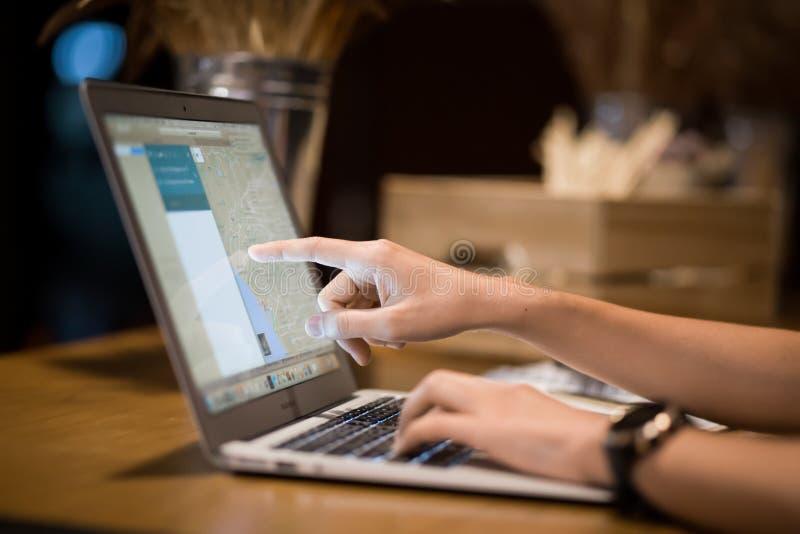 Ordenador portátil y márketing del negocio foto de archivo