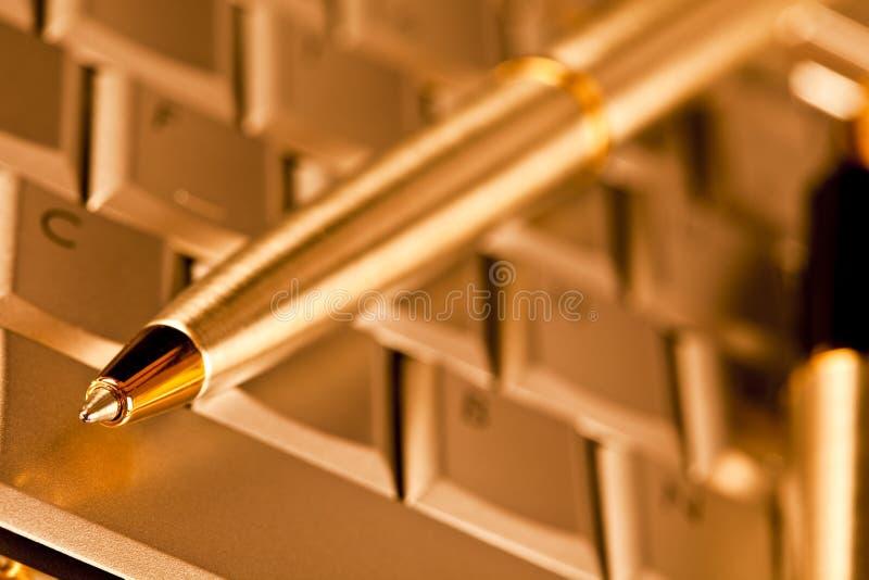Ordenador y bolígrafo imagen de archivo libre de regalías