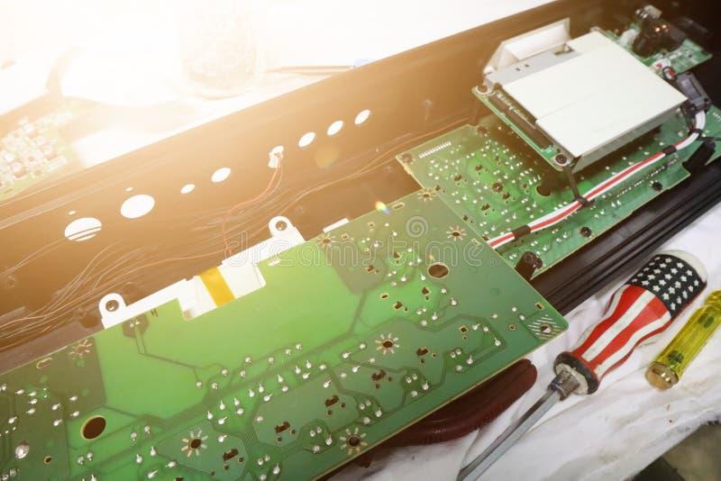 Ordenadores de la reparación y de la mejora, técnicos del equipo electrónico en el instrumento eléctrico imágenes de archivo libres de regalías