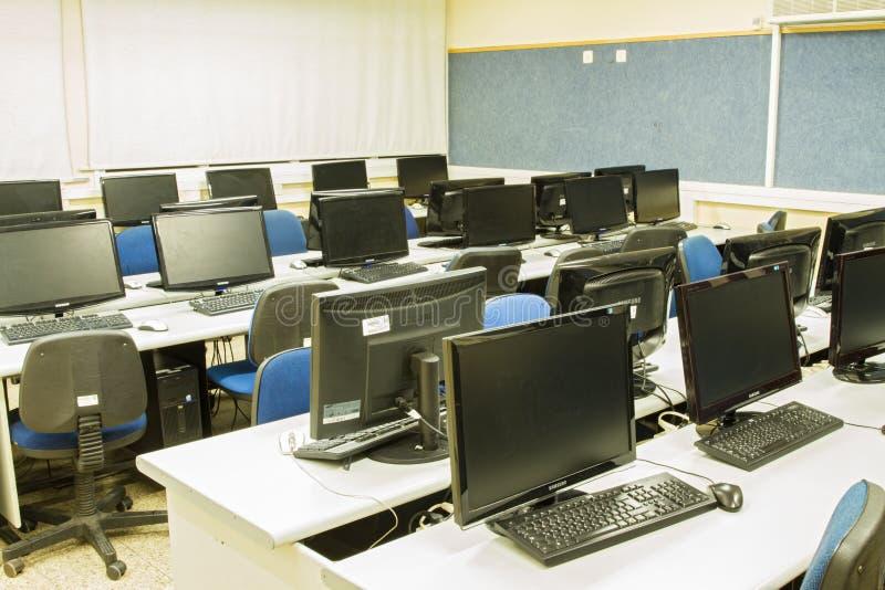 Ordenadores de sala de clase foto de archivo libre de regalías