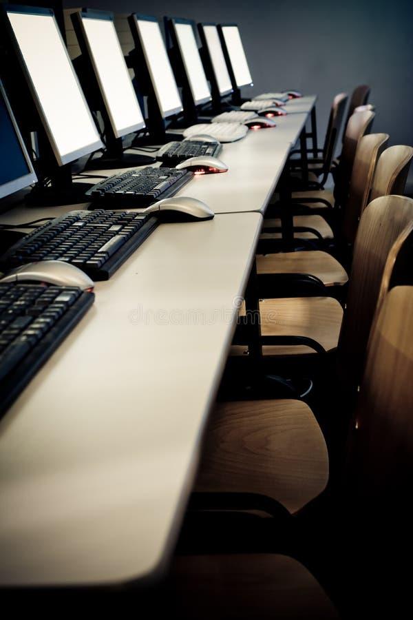 Ordenadores de sala de clase del ordenador fotografía de archivo