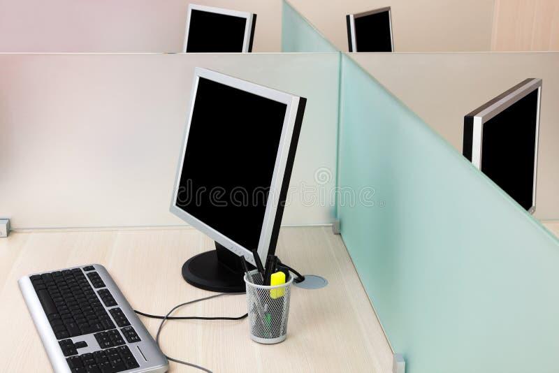 Ordenadores en un escritorio fotos de archivo