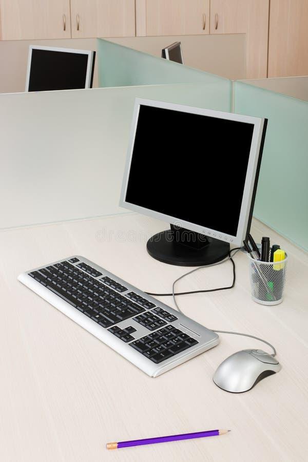 Ordenadores en un escritorio fotografía de archivo libre de regalías