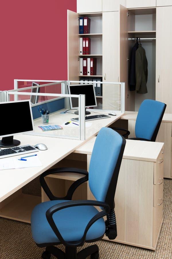 Ordenadores en un escritorio imagen de archivo libre de regalías