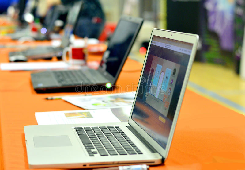Ordenadores portátiles alineados en el evento del festival de la ciencia imagen de archivo