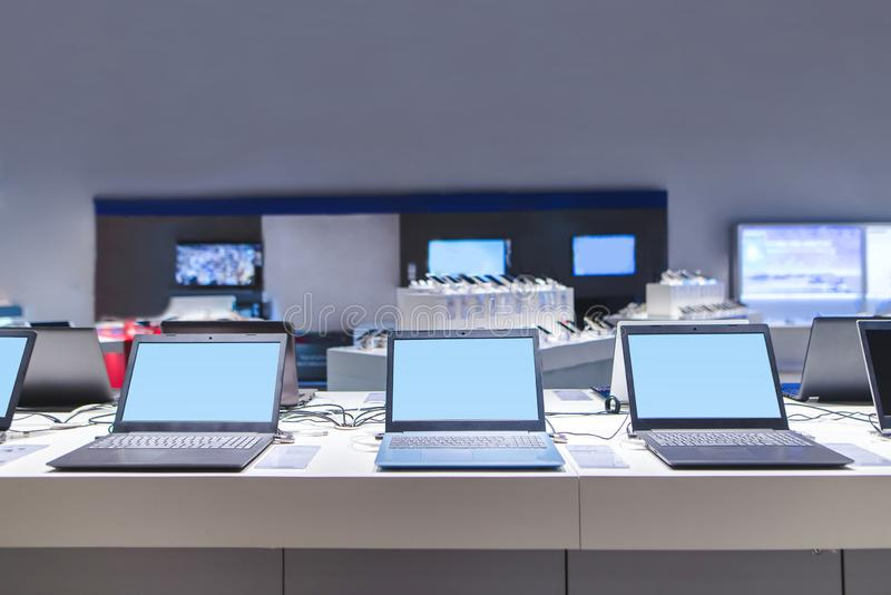 Ordenadores portátiles en la tienda moderna de la electrónica Servicio informático en la tienda de la tecnología imagen de archivo
