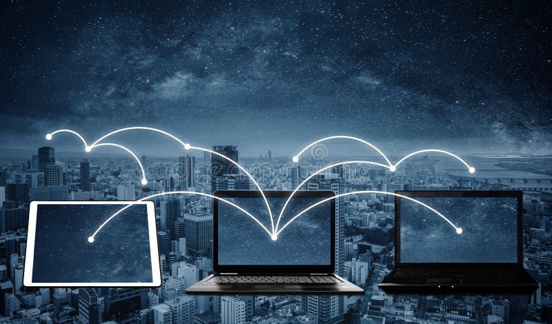 Ordenadores port?tiles con la conexi?n de red y los datos de la distribuci?n a otros dispositivos Establecimiento de una red y co imagenes de archivo