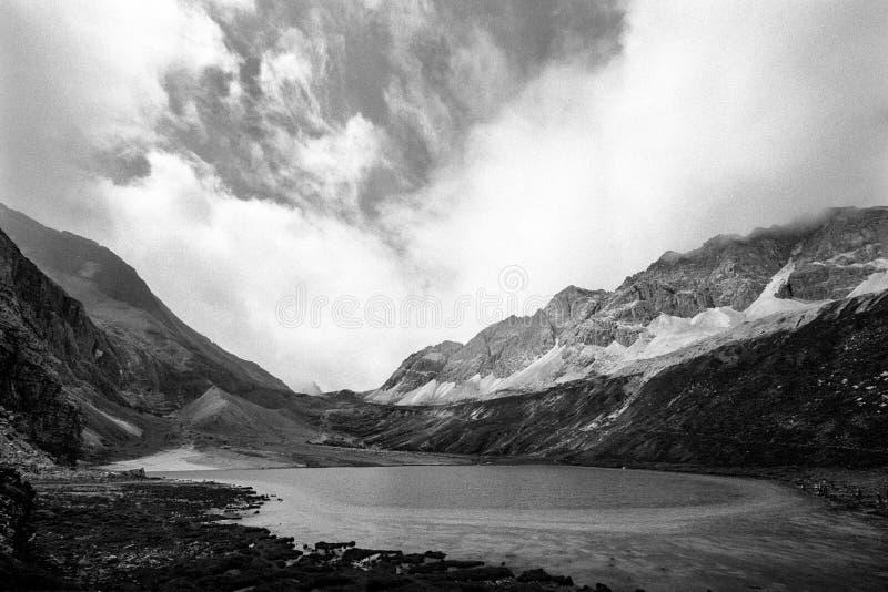 Ordenhe o lago na montanha da neve do budismo de Shangrila fotografia de stock