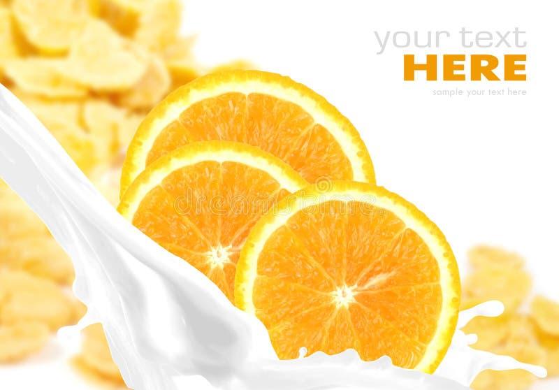 Ordenhe o respingo com a laranja em flocos de milho imagem de stock