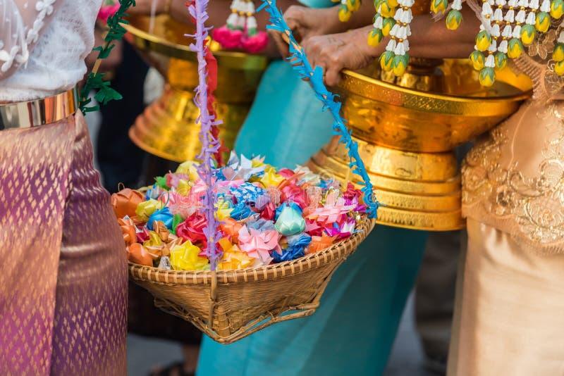 Ordeningsceremonie bij de boeddhistische veranderingsmens aan monnik stock foto's
