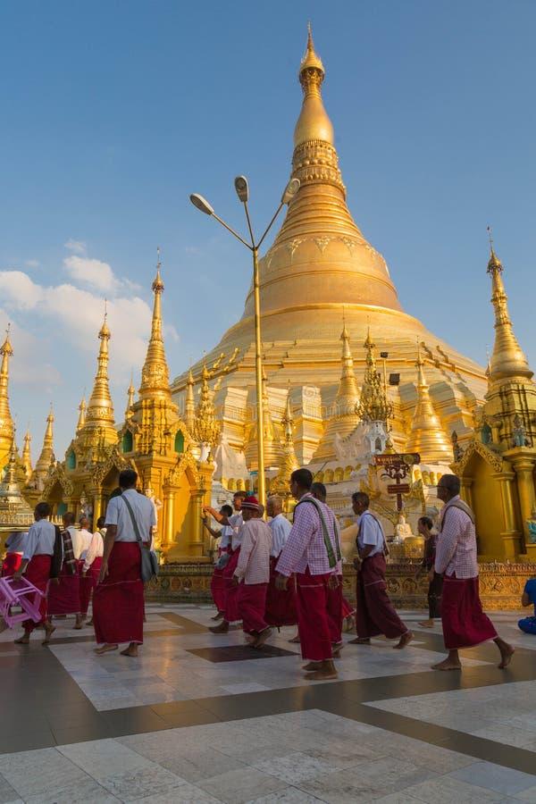 Ordeningsceremonie bij de Shwedagon-pagode, Yangon, Myanmar royalty-vrije stock foto