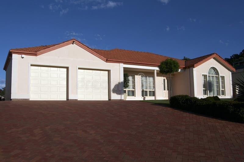 Ordentlich dargestelltes Haus des einzelnen Geschosses lizenzfreies stockbild