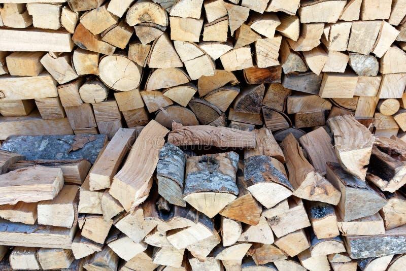 Ordentlich schneiden Sie und stapelte Brennholz, Griechenland stockfotos
