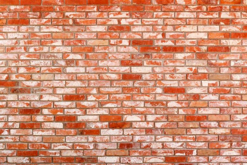 Ordentliche Wand von altem, roter keramischer Ziegelstein der Wiederverwendung Schmutzhintergrund, Beschaffenheit stockbilder