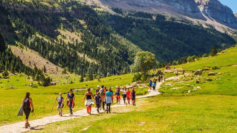 ORDESA/SPAIN; Caminhantes AUGUST/14/2018 que andam através do vale do parque nacional de Ordesa em um dia ensolarado foto de stock