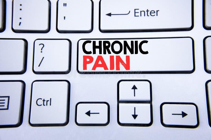 Ordet att skriva som är kroniskt, smärtar Affärsidé för mening av dålig dåligt omsorg som är skriftlig på den vita tangentbordtan arkivbild