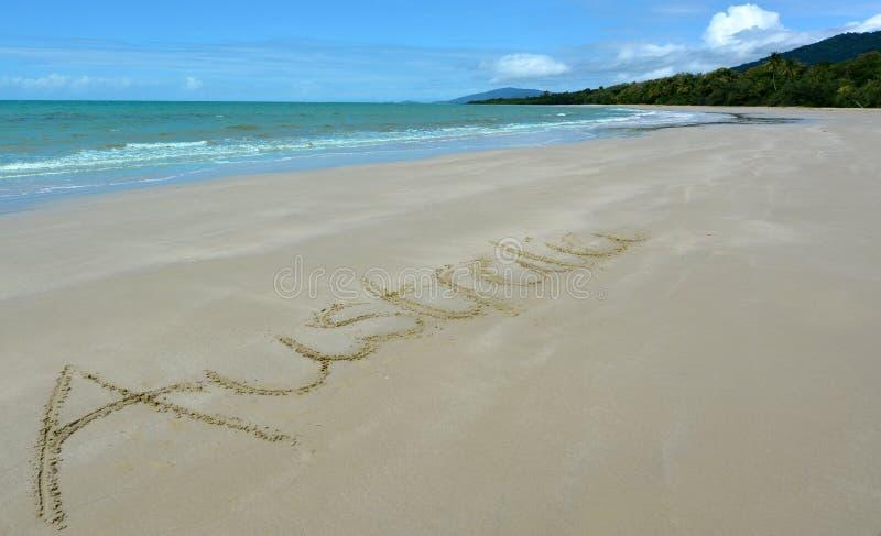 Ordet Australien som är skriftlig i sand royaltyfria foton