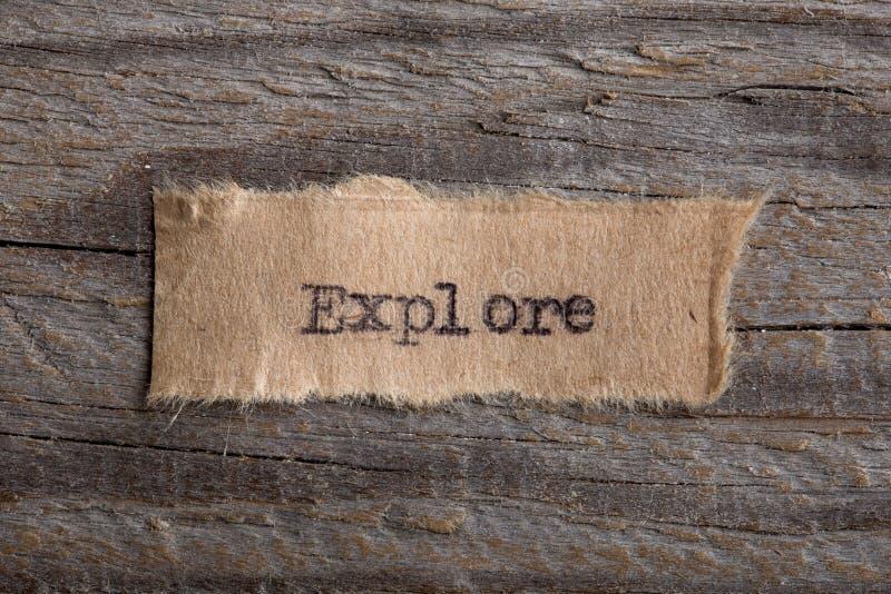 Ordet Explore som skrivas på ett stycke av papper Begreppet för utbildning, förbättrar och avtäcker nya tillfällen royaltyfri foto