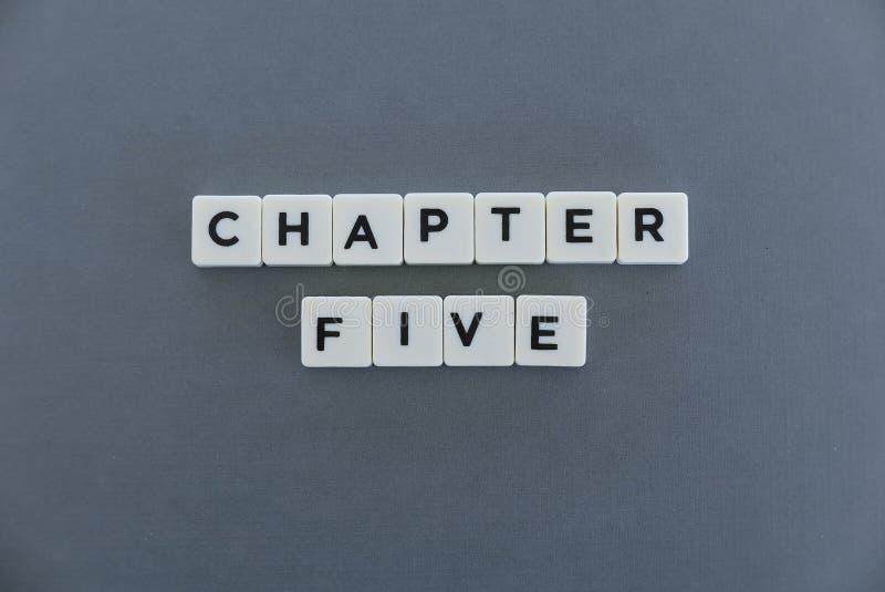 Ordet för kapitel fem gjorde av fyrkantigt bokstavsord på grå bakgrund arkivbild