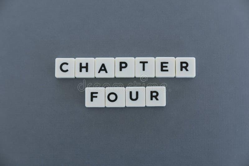 Ordet för kapitel fyra gjorde av fyrkantigt bokstavsord på grå bakgrund arkivfoton