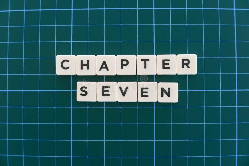 Ordet för kapitel sju gjorde av fyrkantigt bokstavsord på grön fyrkantig matt bakgrund royaltyfri bild
